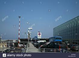 Auto e autobus Etna Terminal Partenze aeroporto di Catania Sicilia Italia  Foto stock - Alamy