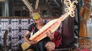 7 macam alat musik dayak, kebanggan masyarakat pulau kalimantan. Alunan Sape Di Tmii Obati Rindu Kampung Halaman Suku Dayak Cendana News