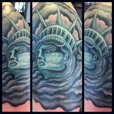 цветная татуировка статуи свободы на плече мужчины фото рисунки