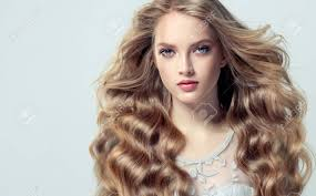 膨大な髪の若いブロンドの髪の女性自由に横になっているとスタイリッシュな緩やかなヘアスタイルと美し