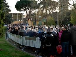 Il lungo abbraccio di Firenze: in migliaia a Coverciano per Astori -  BergamoNews