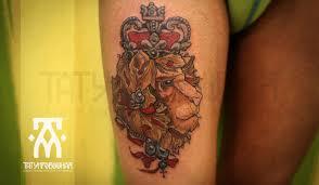 татуировка на бедре у девушки лев с короной фото рисунки эскизы