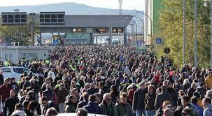 La protesta: a Trieste 7 mila persone davanti al Varco 4 del Porto. Fabio  Tuiach prova a bloccare un'auto I reportage video