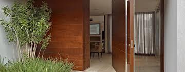 Veja as mais lindas portas de entrada e valorize sua residência. Portas Pivotantes
