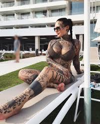 девушка с татуировкой которая абсолютно повсюду яплакалъ