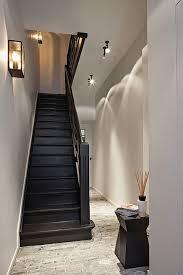 Chique look Zwarte trap mooie kleur muren lichtspots geven mooi