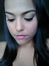 simple cat eye makeup with pinky lips