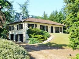 une grande maison traditionnelle de plain pied construite par des artisans