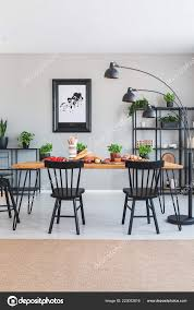 Braunen Teppich Vor Der Schwarzen Stühlen Und Holztisch Mit