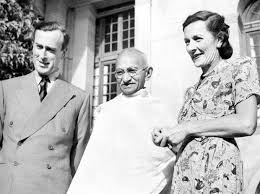 mahatma gandhi with the last viceroy louis mountbatten and his wife edwina in 1947