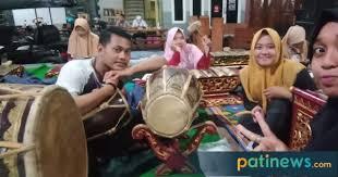 Beberapa kesenian tradisional jawa yang menggunakan alat musik gamelan seperti wayang, seni tari, dan seni teater seperti ketoprak, wayang uwong dan masih banyak lagi, salah satunya adalah kesenian karawitan. Budaya Karawitan