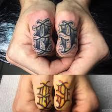 цифры 89 тату на пальцах у парня добавлено иван вишневский