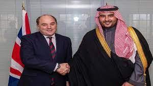 """الأمير خالد بن سلمان يبحث """"تحديات المنطقة"""" مع وزير الدفاع البريطاني"""