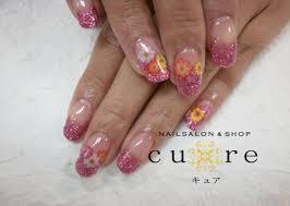 ピンクのラメグラデーションにお花シールでネイルサロンスクール Cure