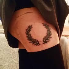 татуировка лаврового венка на бедре девушки фото рисунки эскизы