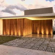 Painéis de madeira podem ser utilizados no revestimento de fachadas para aquecer o desenho reto e moderno das casas contemporâneas. Madeiras Tochinski Para Tudo O Que Acharam Dessa Fachada Residencial Toda Produzida Com Ripas Em Madeira De Cedrinho Facebook
