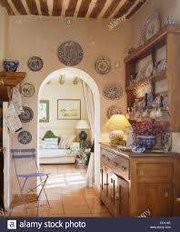 Französischer Landhaus Esszimmer Mit Blauen Klappstuhl Und