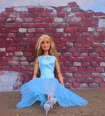 barbie boneka pirang duduk