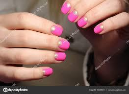 ピンク色のマニキュアの若者デザイン ストック写真 Smirmaxstock