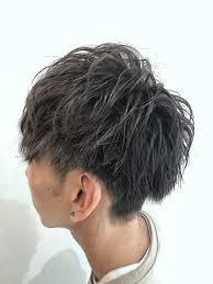 暗めのアッシュグレー系 髪型はマッシュベースの後ろまでガッツリ