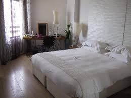 Londa Hotel: Bedroom with plush double/king bed