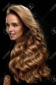 Belle Cheveux Longs Mannequin Femme Avec Beauté Maquillage Et Sain Shiny Blonde Wavy Cheveux Bouclés Sur Fond Noir Portrait De Femme Avec Superbe