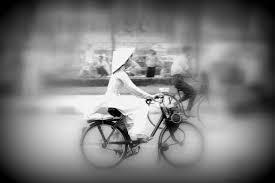 Image result for Áo dài trắng tóc dài quần trắng nữ sinh ngồi đẹp