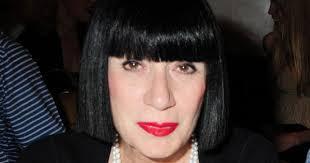 Carré noir corbeau imperturbable, teint diaphane, lèvres ... via Relatably.com