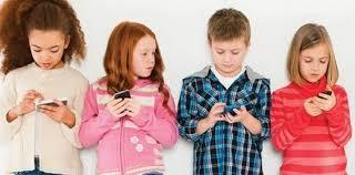 Image result for cep telefonu oynayan çocuk
