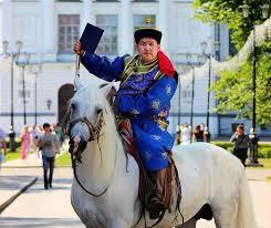 За дипломом в национальном костюме и на коне Новости Монголии  За дипломом в национальном костюме и на коне