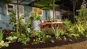 DYCR304H_BYL-5-backyard-flower-beds_s4x3
