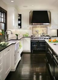 white and black kitchen cabinets. Exellent And La Cocina Tiene Un Armario Es Blanco El Fregadero El Frigorfico Y  Horno Acero Inoxidable Intended White And Black Kitchen Cabinets L