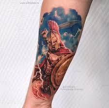фото мужской цветной татуировки на руке в стиле реализм спартанец с