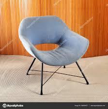 Retro Blauem Samt Stuhl Mit Schwarzen Beinen Im Zimmer