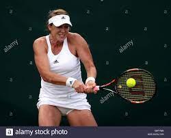 Anastasia Pavlyuchenkova in Aktion gegen Yulia Putintseva am Tag fünf der  Wimbledon Championships bei den All England Lawn Tennis and Croquet Club,  Wimbledon Stockfotografie - Alamy