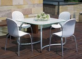 loto white table with ninfea chairs