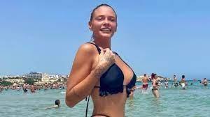 Le Donatella, Giulia Provvedi in vasca mostra le gambe pelose.. - VIDEO