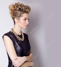 Krásná Mladá žena S Večerní Make Up A Salon účes Kouřové Oči