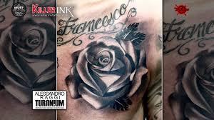 Rosa Sul Petto Tatuaggio E Lettering In Bianco E Nero Alessandro