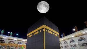 بالصور: بمشهد نادر.. القمر يتعامد فوق الكعبة