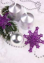 Decorazione di natale stelle viola con candele dargento e su un