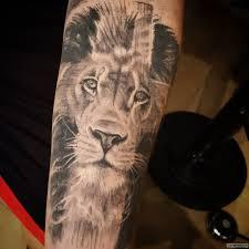 лев в кресте тату на предплечье у парня добавлено иван вишневский