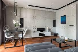 Wohnzimmer Mit Esstisch Stühlen Sofa Und Dekorativer Zementwand