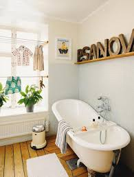 image bathtub decor: how to decorate with an vintage clawfoot bathtub