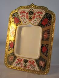 royal crown derby old imari solid gold band photograph frame which is beautifully decorated in distinctive red and cobalt blue imari pattern finished with