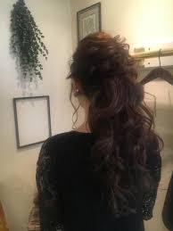 ロングヘアーを生かし高めのポニーテールで華やかに毛先は大きめに