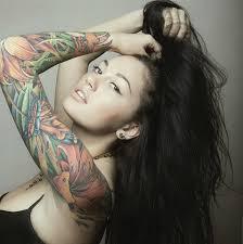 глядя на татуировки девушки можно многое сказать о ее характере
