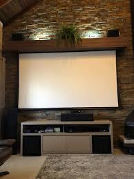 """Sua sala de cinema apresenta um sistema de home theater totalmente gerenciado através de um touchscreen control4, com televisor de 55"""", tela de led projeção de 100"""" e projetor full hd 3d dentro de um elevador que esconde o equipamento. Painel De Tv Decoracao Sala De Tv Decoracao Sala Painel Sala"""