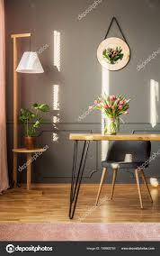 Hölzerne Lampe Pflanze Und Tulpen Auf Einen Esstisch Aus