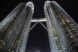 petronas towers at night photo essay from kuala lumpur  this shot was taken in between the towers and showcases the skybridge in the middle